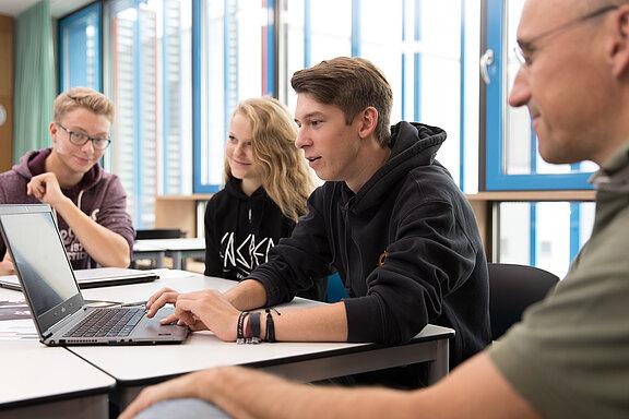 Schueler_Unterricht_Team_Betreuer_Laptop_1.jpg